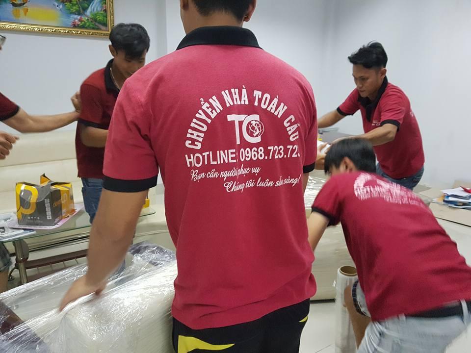 Hình ảnh anh em nhân viên đóng gói khi triển khai dịch vụ chuyển nhà giá rẻ tại Quận 2