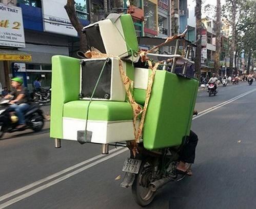 Sử dụng xe mô tô để chuyển nhà khá nguy hiểm