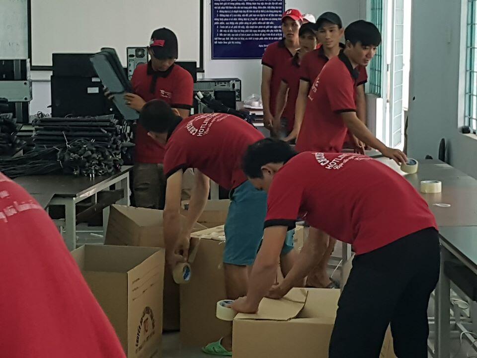 Nhân viên thực hiện vệc đóng gói tài sản trước khi vận chuyển