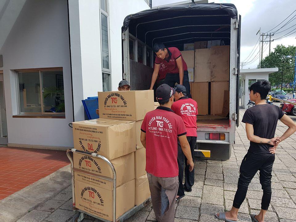 Nhân viên thực hiện việc vận chuyển tài sản lên xe sang chuyển sang nhà mới